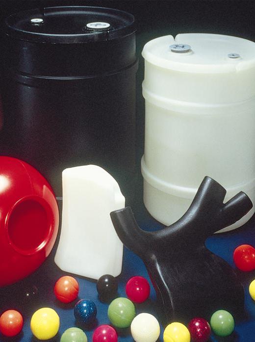 شکل3: محصولات تولیدی با قالب گیری چرخشی؛ از ظرف 55 گالنی تا توپ بیلیارد
